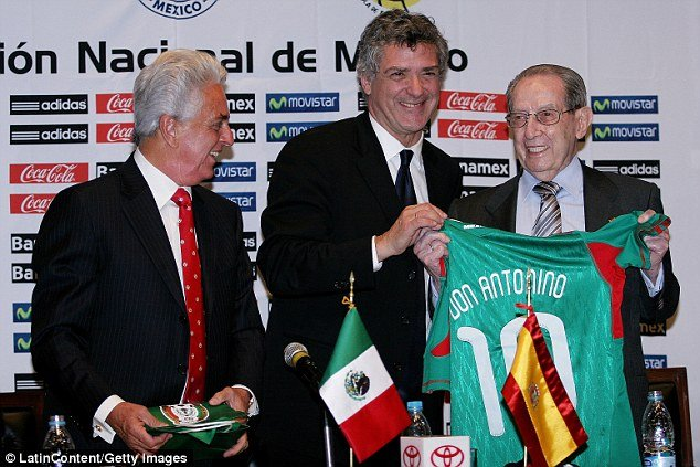 3aba067b00000578-3968880-antonino_fernandez_right_with_justino_compean_left_president_of_-a-3_1480266399695