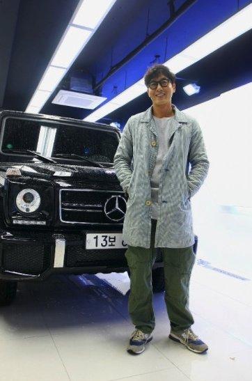 배우 김주혁씨가 생전 자신의 차 앞에서 찍은 사진.