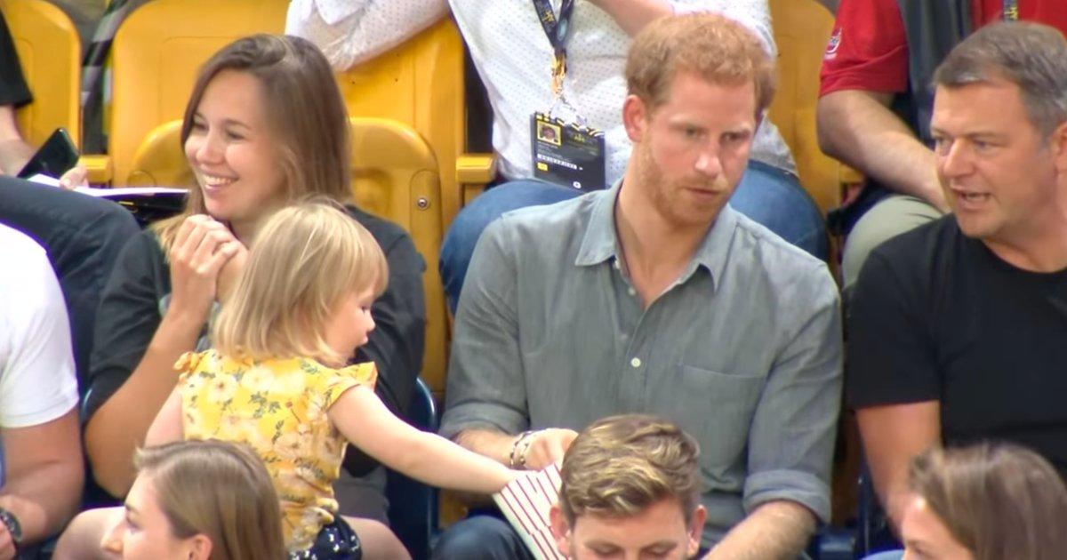 ima.png?resize=1200,630 - Encantadora niña le roba las palomitas en un partido al príncipe Harry