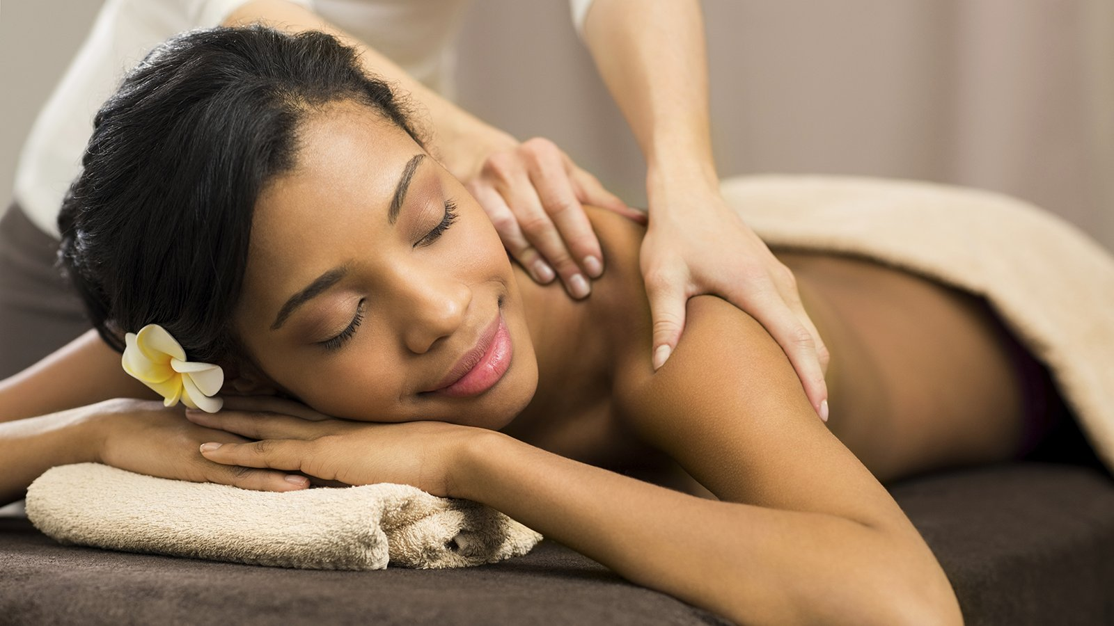 massage_woman_with_flower