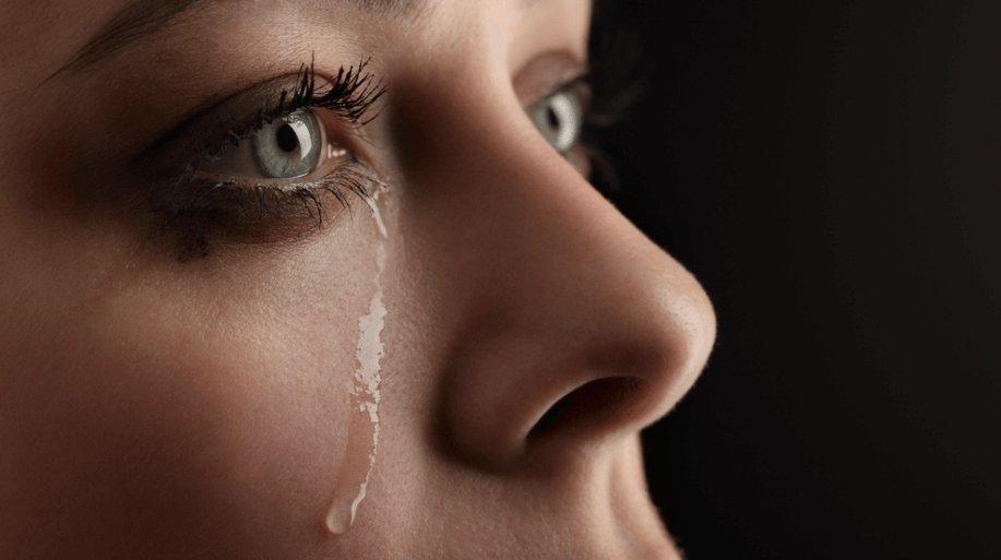 mujer llorando.png?resize=412,232 - Pessoas que se emocionam com mais frequência são as mais fortes