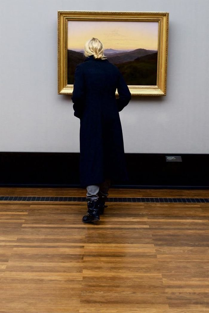 photographer-goes-through-the-museums-to-capture-the-similarities-between-the-paintings-and-the-visitors-and-the-result-will-impress-you-59e6fafacd585__700