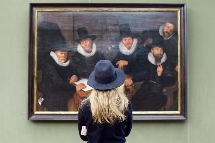 photographer-goes-through-the-museums-to-capture-the-similarities-between-the-paintings-and-the-visitors-and-the-result-will-impress-you-59e6fafd2e309__700