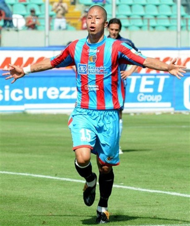 Catania's Takayuki Morimoto, of Japan, celebrates scoring during the Italian Serie A soccer match against Napoli in Catania, southern Italy, Sunday, May 24, 2009. (AP Photo/Francesco Pecoraro)