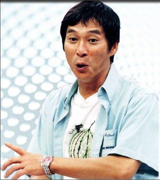 ブルーのシャツを着た笑っている明石家さんまの画像・壁紙