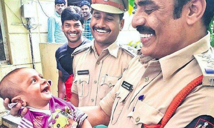 bebe abre 730x438.png?resize=1200,630 - Bebê sorri para policial em foto de resgate e encanta o mundo