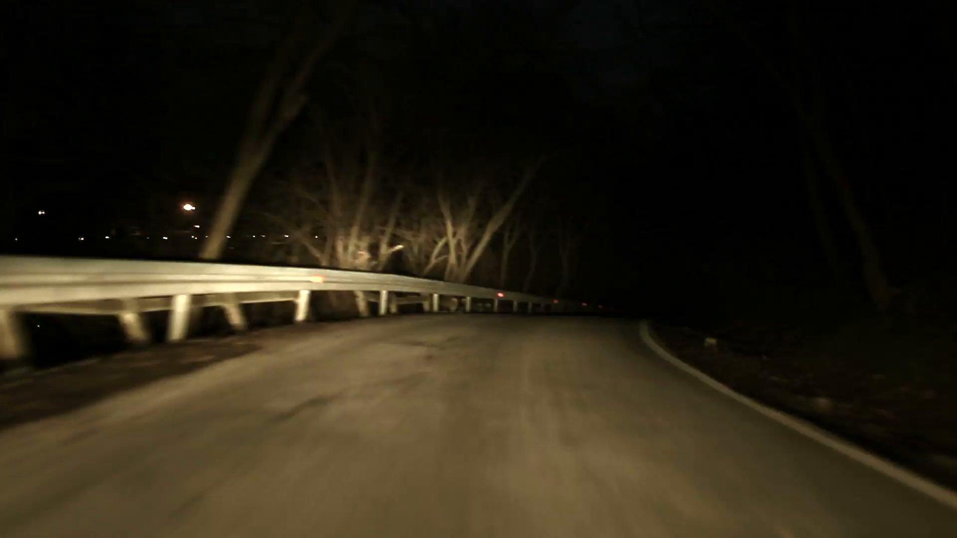 """driving on the dark road in the winter night pov of the vehicle mjdi42hq  f0004 - Polícia avisa: Se você vir uma """"criança"""" sentada na estrada, fique no carro e mantenha as portas fechadas"""