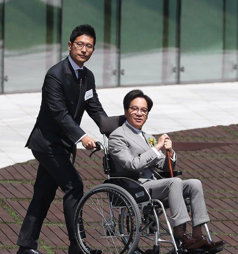 휠체어에 앉아 있는 CJ 이재현 회장의 모습, 출처 : 연합뉴스