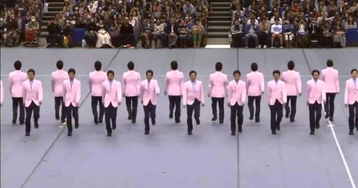 eca09cebaaa9 ec9786ec9d8c 38 - 40 Men Start Walking In Insane Synchronization, It Cracks People Up