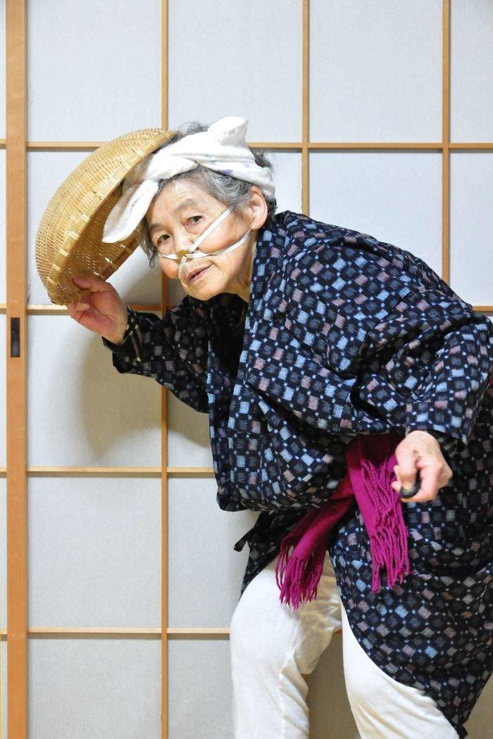 funny-self-portraits-kimiko-nishimoto-89-year-old-6-5a0a9e0758ca2__700