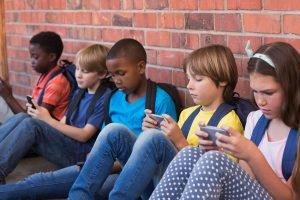 kids-with-phones
