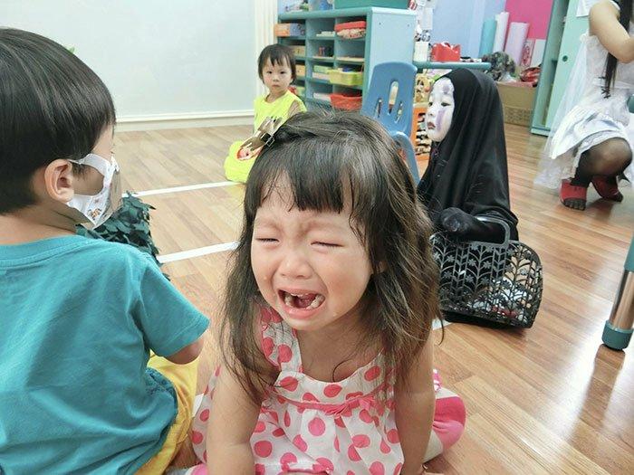 kindergartener-girl-death-note-l-ryuk-halloween-costume-3-59f6dc2f75ebb__700