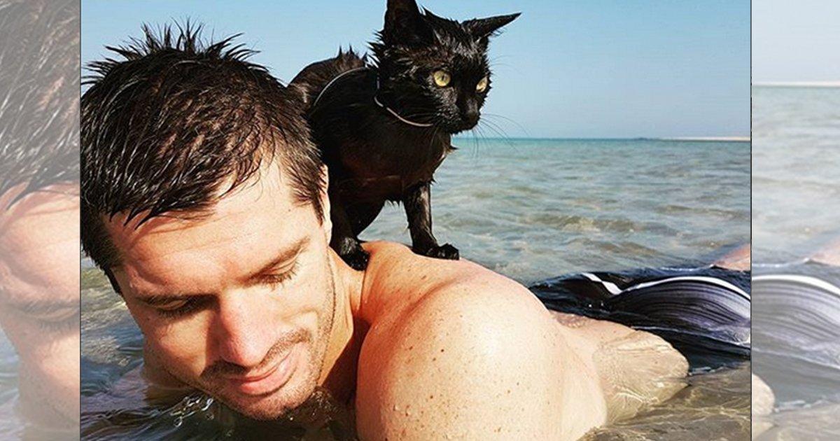 mainphoto nathan.jpeg?resize=1200,630 - Découvrez Nathan, le chat qui adore se baigner dans l'océan.