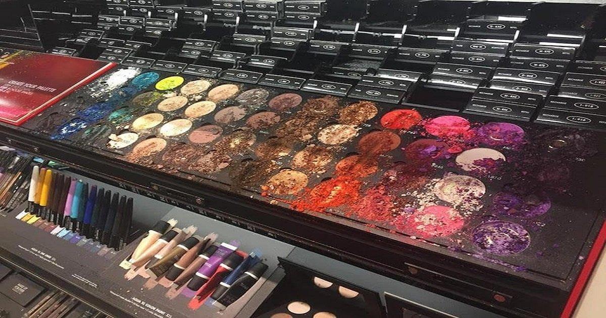 makeup 1.jpg?resize=1200,630 - Compradores ficam bravos com mãe de criança que destruiu maquiagens que valiam 4 mil reais