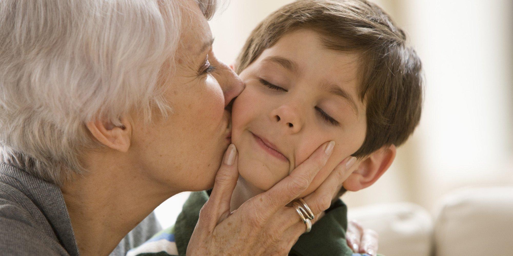 o boy and grandma facebook.jpg?resize=1200,630 - Segundo pesquisa, vovó que passa muito tempo com a família vive por mais anos
