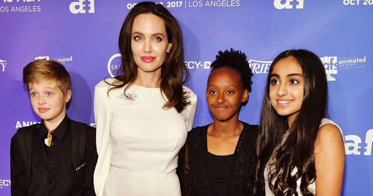 ogi11561.png?resize=1200,630 - Angelina Jolie presenta a sus hijas frente a las cámaras de alfombra roja