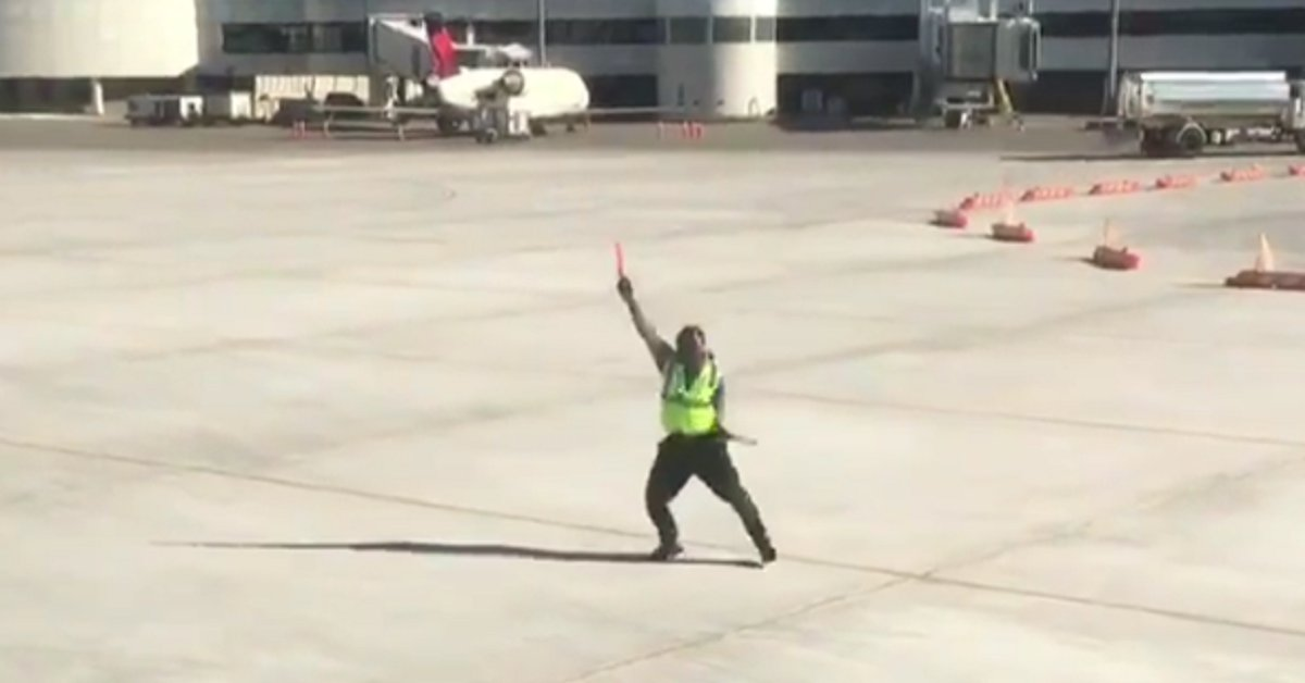 sdfsdf 7 - Minutes Before Take-Off, Passengers See Tarmac Worker's Hilarious Pranks And Begin Recording
