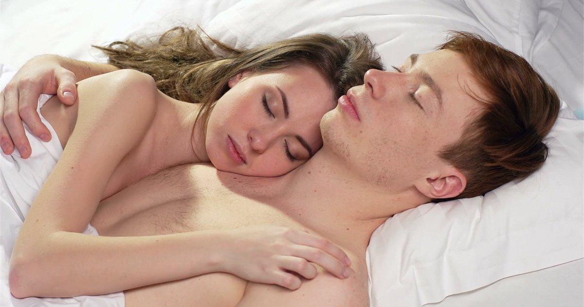 tender couple sleeping in each others arms 4j fgqbmg  f0000.jpg?resize=1200,630 - 잠자는 자세로 알아보는 연인과의 '애정도' 테스트 9