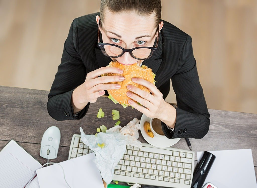 woman-eating-at-work-desk