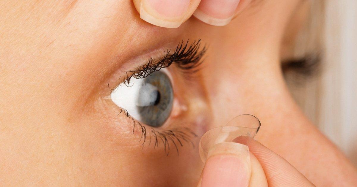 woman removes contact lens 1200x630.jpg?resize=1200,630 - 렌즈 끼고 '절대' 하면 안 되는 금지된 3가지 행동 (사진 5장)