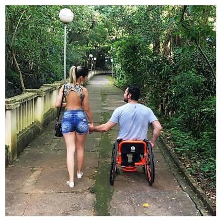 x17021390 1383869781633883 4466586273242912400 n jpg pagespeed ic gwdirs5rbs 300x300 - Mulher que tem marido e filho cadeirantes vence o preconceito todos os dias através do amor