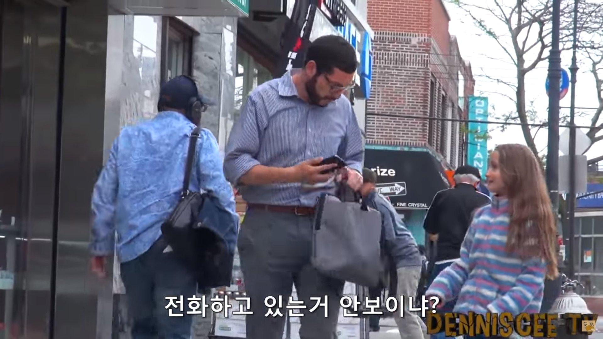 """123123123 - """"사람들은 길 잃은 아이를 도와줄까?"""" 친절한 사람들 사이에 있었던 남성의 정체 (영상)"""