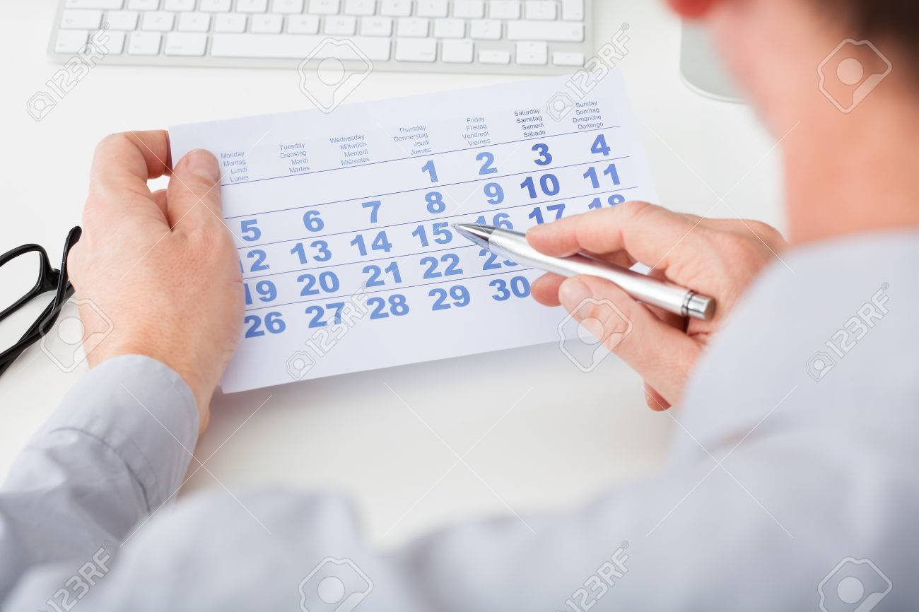 25154436 close up of man marking with pen and looking at date on calendar stock photo - 安全日とはいつのことをいう?安全日なんて存在しない?