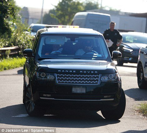 377e102400000578-3753208-all_is_well_leonardo_was_able_to_drive_off_in_his_range_rover_wi-a-93_1471883124920