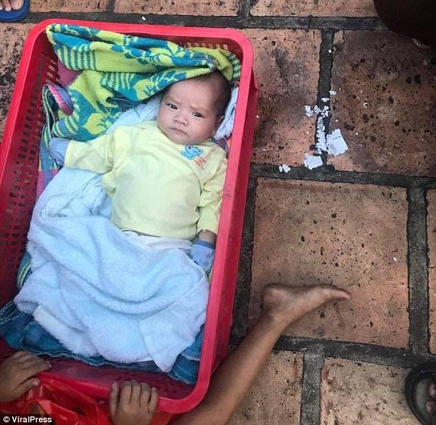 4178f88400000578 4611540 shocked residents found the baby wrapped in blankets lying in a  m 39 1497629903457 300x292 - Bebê é abandonado dentro de uma caixa no meio da madrugada, junto com o irmão mais velho