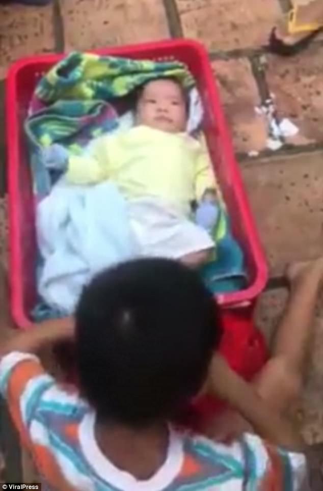 4178f8b100000578 4611540 the baby s six year old brother was found sitting next to him in m 40 1497629933143 197x300 - Bebê é abandonado dentro de uma caixa no meio da madrugada, junto com o irmão mais velho
