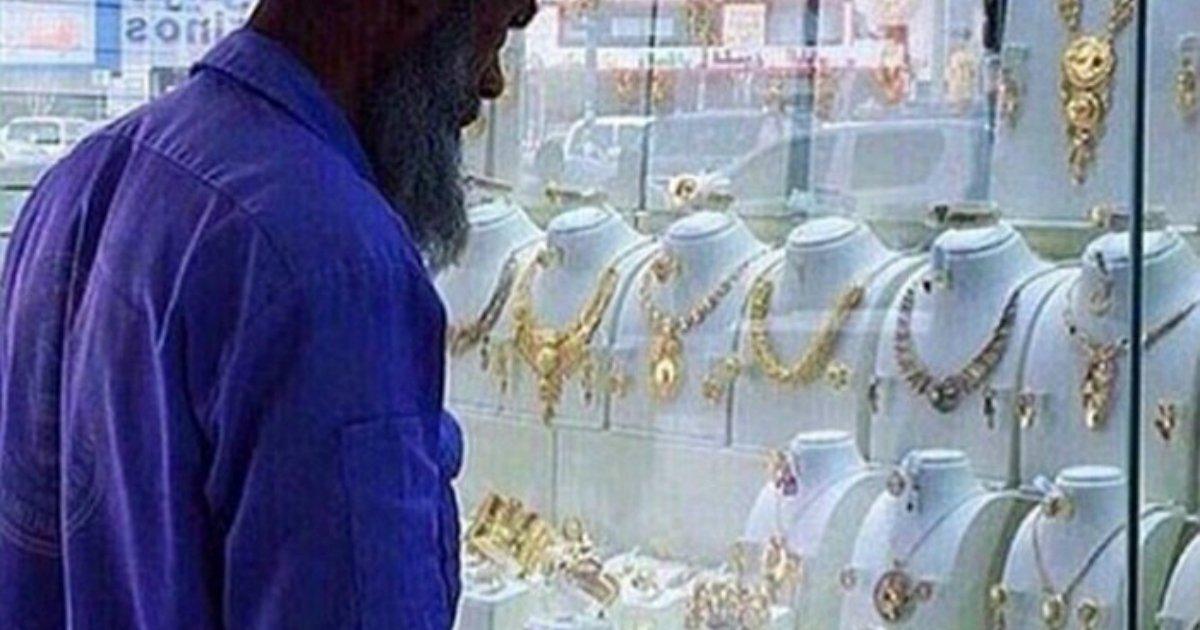 44 1.jpg?resize=1200,630 - 금목걸이를 구경하다 '조롱'받은 사우디의 한 청소부... 하지만 곧 뜻밖의 행운이...?
