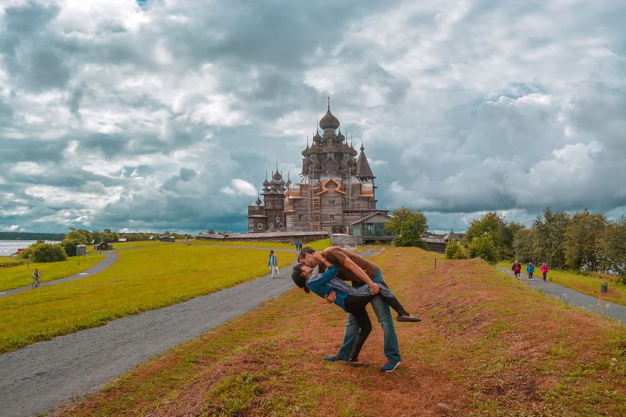 Traveling Couple Takes the Same Cutesy Photo Around the World But The Story Behind Them Is Whats Truly Inspiring 5a1607dfa9958  880 - Long Distance Lovers Travel 4,000 Miles Each To Take Photo For 3 Years Then He Had A Surprise For Her