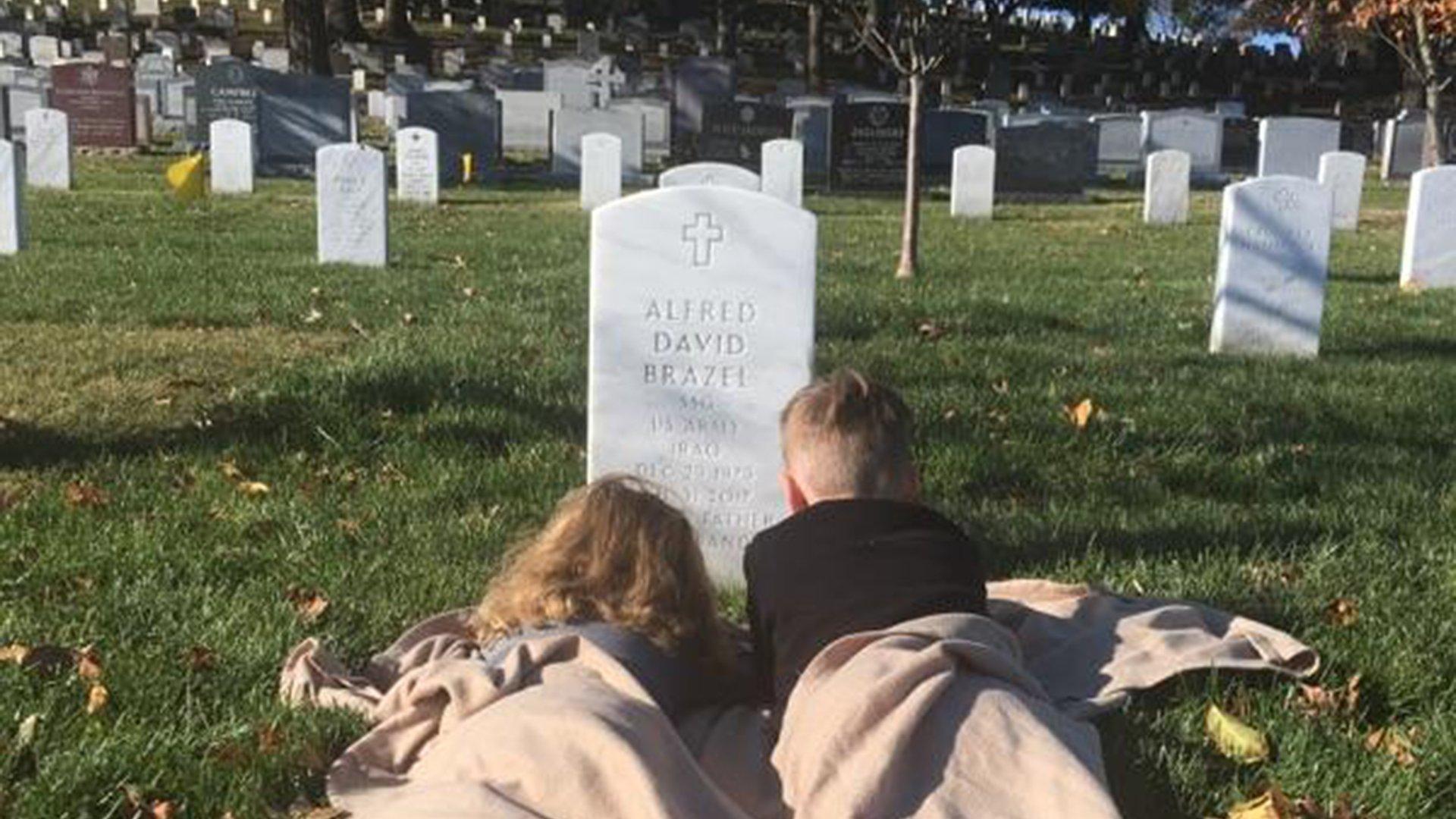 """brothers visit fahers grave today 171208 tease f3c1a490b447d7828a1f11976338bafc - Un pequeño niño de 5 años dice que puede """"sentir a papá"""" en el cementerio y abraza la lápida de su padre"""