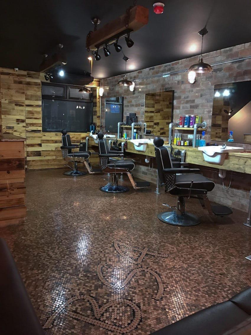 bs4 850x1134 - Barbearia tem o piso coberto por 70 mil moedas e o resultado é incrível!