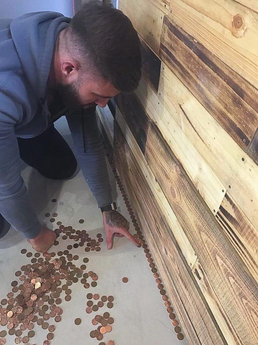 floor 850x1134 - Barbearia tem o piso coberto por 70 mil moedas e o resultado é incrível!