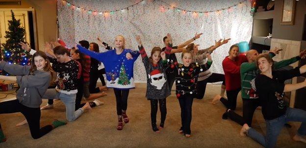 img 5a2d1a187d5dd - O Vídeo Anual de Dança de Natal de 8 Irmãos Está Fora E Desta vez É Iluminando A Internet