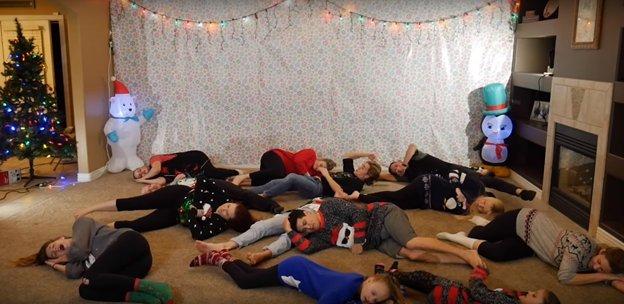 img 5a2d1a796b0c0 - O vídeo anual de dança de natal de 8 irmãos está fora e desta vez ele está iluminando a Internet