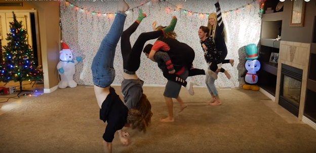 img 5a2d1a99d58b9 - O Vídeo Anual de Dança de Natal de 8 Irmãos Está Fora E Desta vez É Iluminando A Internet