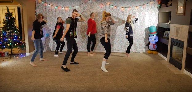 img 5a2d1accd917d - O vídeo anual de dança de natal de 8 irmãos está fora e desta vez ele está iluminando a Internet