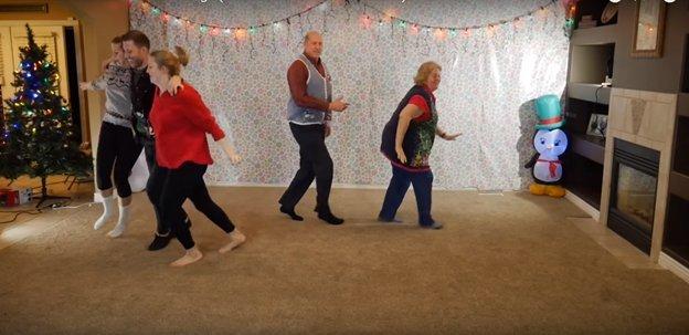 img 5a2d1b0dd66b6 - O vídeo anual de dança de natal de 8 irmãos está fora e desta vez ele está iluminando a Internet