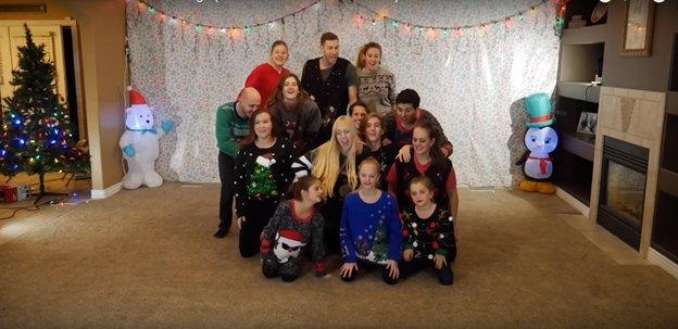 img 5a2d1b3ed5b0b - O vídeo anual de dança de natal de 8 irmãos está fora e desta vez ele está iluminando a Internet