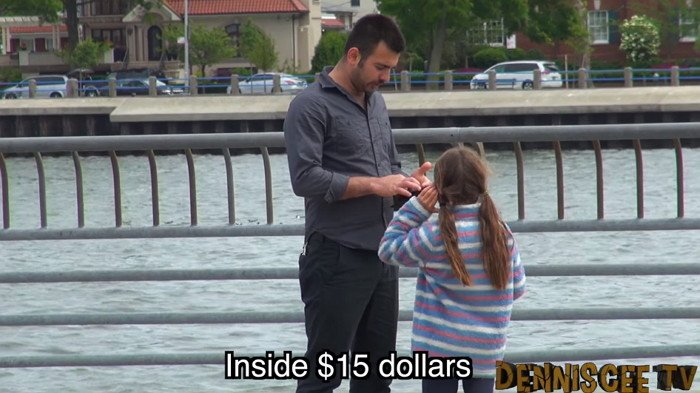 "we81az0vchkwj2d8ykg7 - ""사람들은 길 잃은 아이를 도와줄까?"" 친절한 사람들 사이에 있었던 남성의 정체 (영상)"