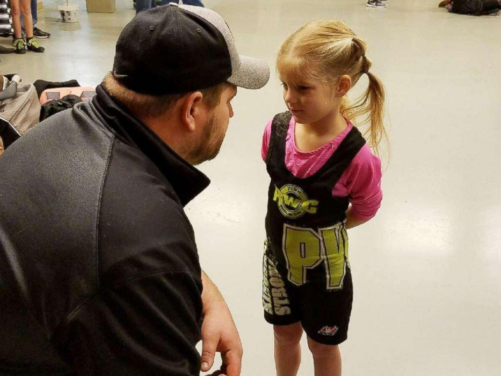 FOTO: Ruby Lewis, 5, é fotografada aqui antes de uma partida de luta livre nesta foto de família.
