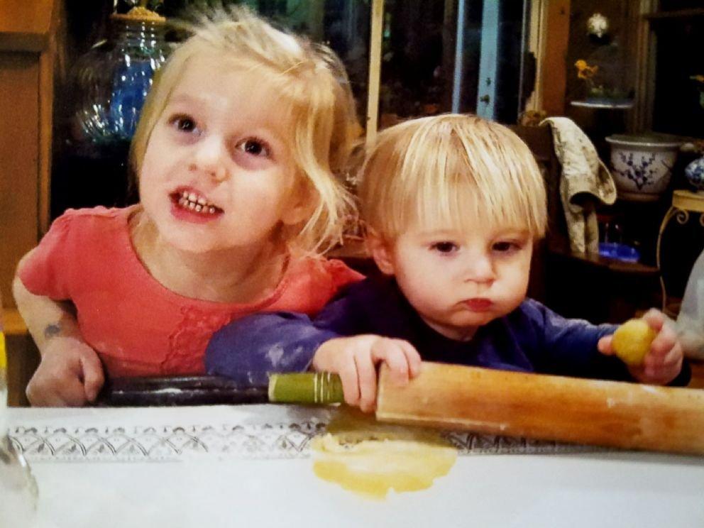 FOTO: Ruby Lewis, 5 e seu irmão Jash Lewis, 2, são fotografados aqui nesta foto de família.