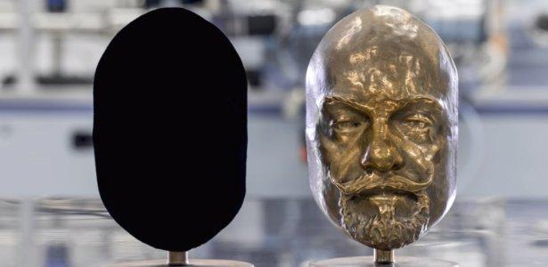 """acredite estes dois objetos tem o mesmo molde e so diferem na cor 1512314257374 615x300 300x146 - Conheça o Vantablack: a """"cor"""" mais preta que existe!"""