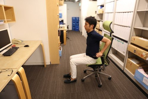 椅子に座ったまま腕をしっかり伸ばして、椅子の座面を押します에 대한 이미지 검색결과