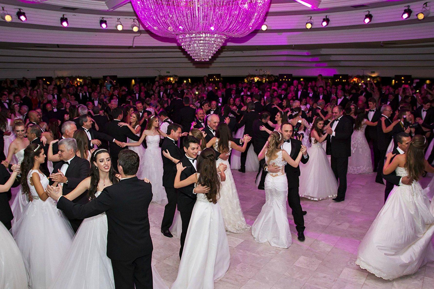 baile debutante clube curitibano amplo.jpg?resize=636,358 - Tenebroso! Você sabe qual é a origem das festas de debutantes?