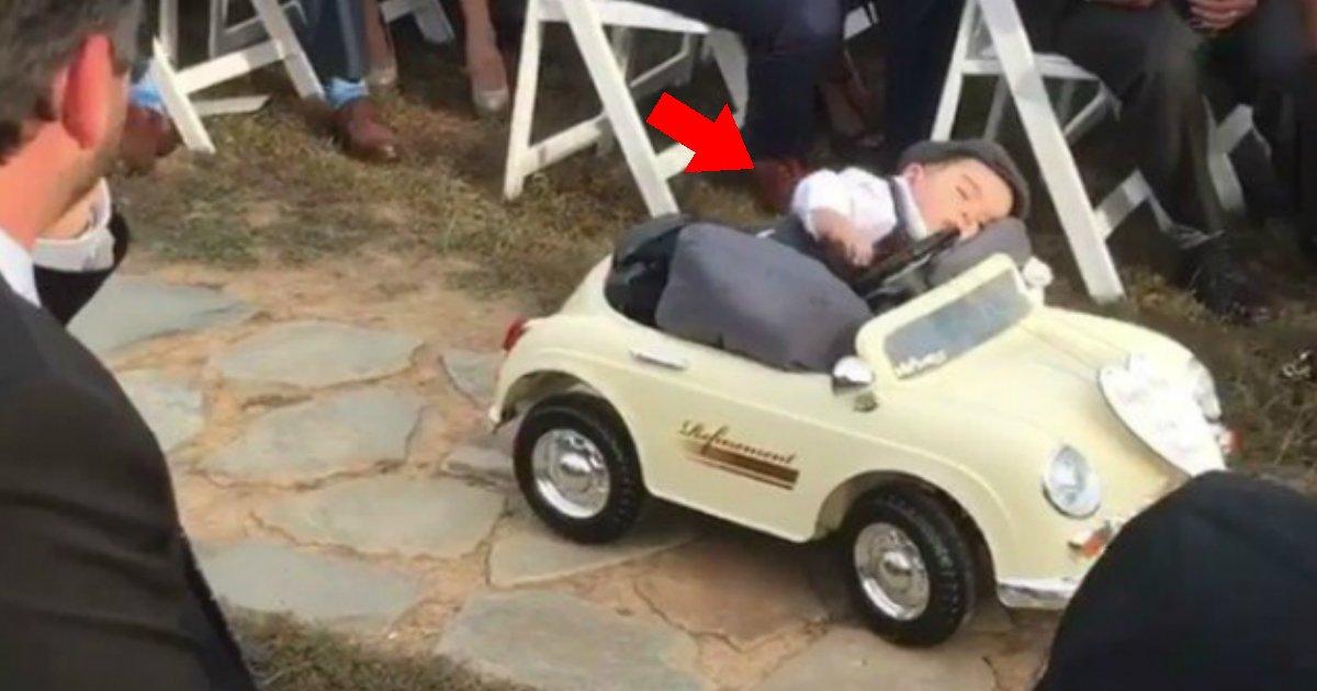 bebedormir - Bebê adormece em pequeno veículo antes de entregar alianças em cerimônia de casamento