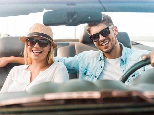 ドライブをするカップル