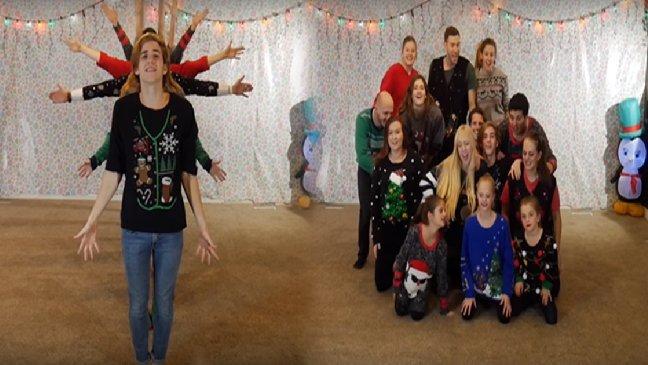 ec8db8eb84a4ec9dbc5 2 1.jpg?resize=300,169 - O Vídeo Anual de Dança de Natal de 8 Irmãos está Iluminando a Internet